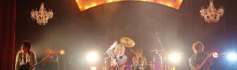 ロング:これぞ、歌謡サスペンスな激情!!。アルバム『歌謡サスペンス劇場』のジャケットを舞台上へ再現。一夜の幻として誕生した場末の劇場を舞台に、ベルが激情な熱狂物語を描きあげた。
