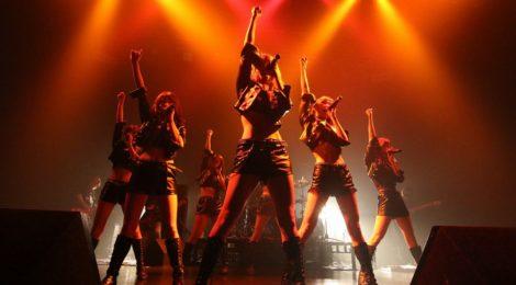 情熱と色気でファンたちのハートを無理矢理奪い取ってゆくアイドル界のキャッツアイ?!。CANDY GO!GO!、Zepp Tokyoのステージで、バンドを従えロックファンたちのハートを強奪!!